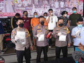 Kapolresta Samarinda Kombes Pol Arif Budiman menunjukkan barang bukti Sabu yang disita dari kedua tersangka.