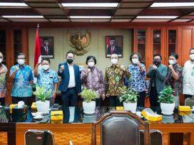Menteri LHK Siti Nurbaya bersama Ketua Panitia Peringatan HPN 2022 Auri Jaya di Kantor KLHK Jakarta. (foto : PWI)