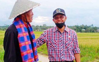 Wakil Ketua DPRD Provinsi Kaltim Muhammad Samsun tertawa sumringah bersama seorang Petani Bukit Raya Tenggarong Seberang. (foto : Exclusive)
