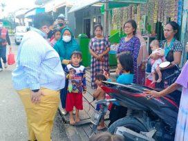 Ananda sembari membagikan Sembako terlihat bertukar cerita kepada warga Samarinda Seberang. (foto : Exclusive)