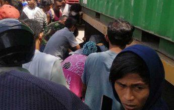 Warga berkerumun berusaha memberikan pertolongan kepada Eko. (foto : 1st)