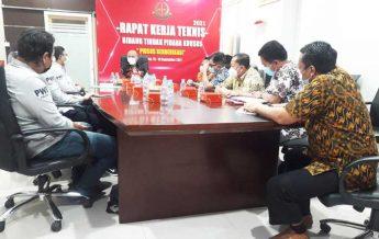 Kajati Kaltim Deden Riki Hayatul Firman,SH,MH dan jajarannya menerima kunjungan Pengurus PWI Kaltim. (foto : PWI)