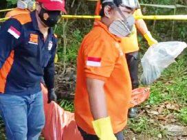 Mayat Juwana dievakuasi anggota Kepolisian Polresta Samarinda dari lokasi penemuan. (foto : 1st)