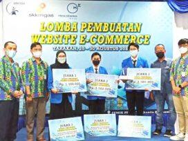 Pemenang Lomba Website E-Commerce bersama juri, Direktur PPKIA dan VC Relation & Security Medco E&P Arif Rinaldi (2 kanan). (foto : Exclusive)