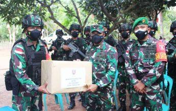 Pangdam VI/Mlw memberikan bingkisan kepada Satgas Pamtas RI-PNG dalam kunjungannya. (foto : Penrem)