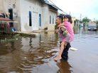 Banjir Rendam 15 RT, Satuan Sabhara Polresta Samarinda Bantu Warga