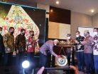 Gubernur Kaltim Dr.H.Isran Noor memukul Gong tanda pembukaan Mubes IV IKA Pakarti Kaltim. (foto : Exclusive)